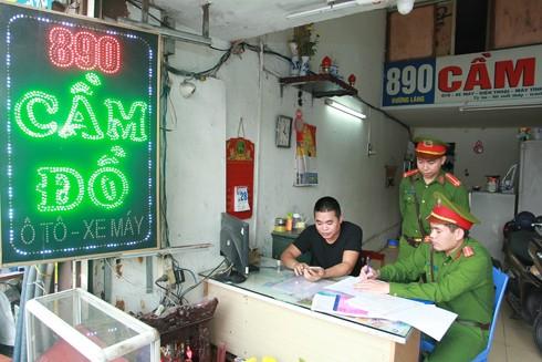 CATP Hà Nội tăng cường kiểm tra hoạt động của các hiệu cầm đồ trên địa bàn. Ảnh: Lam Thanh