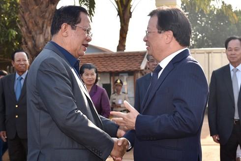 Thủ tướng Campuchia Hun Sen (bên trái) và Phó Thủ tướng Trịnh Đình Dũng tại sự kiện