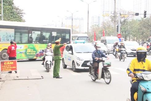 Lực lượng chức năng chốt trực tại cổng bến xe Giáp Bát