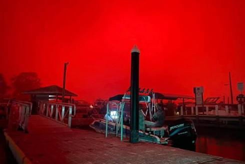 Bầu trời Australia chuyển màu đỏ vì cháy rừng ảnh 1