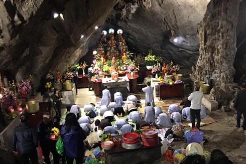 Tính đến thời điểm ngày 2-2, lượng du khách đến chùa Hương đã giảm 2/3 so với vài ngày trước đó (ảnh: Leo Nguyễn)
