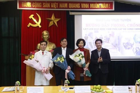Tổng Biên tập Báo An ninh Thủ đô Nguyễn Thanh Bình tặng hoa các vị khách mời buổi Giao lưu trực tuyến