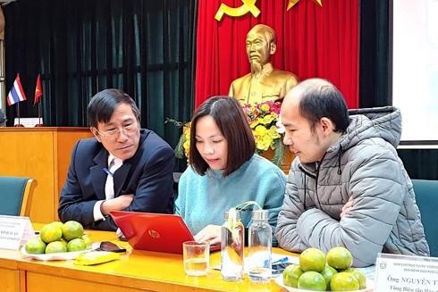 Bác sĩ CKII Khổng Minh Tuấn (ngoài cùng bên trái) giao lưu cùng bạn đọc Báo An ninh Thủ đô