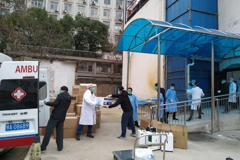 Vật tư y tế từ khắp Trung Quốc về tới nhà ga Vũ Hán hôm 1-2
