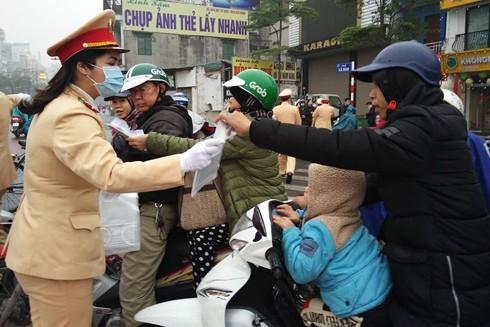 Lực lượng CSGT và CAQ Long Biên phát khẩu trang miễn phí tại nơi công cộng, nhà ga, bến xe và tuyên truyền người dân nâng cao ý thức phòng chống dịch bệnh do virus Corona gây ra