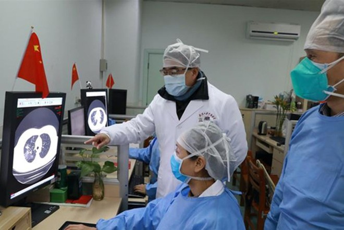 Các bác sỹ ở Đại học Trung Nam, Vũ Hán kiểm tra hình ảnh chụp chiếu phổi bệnh nhân nhiễm virus Corona mới