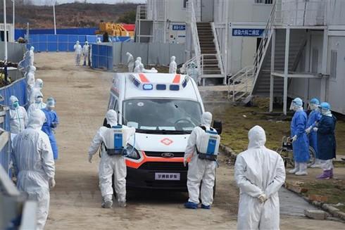 Khử trùng xe cứu thương chở bệnh nhân nhiễm virus Corona tại bệnh viện dã chiến ở Vũ Hán, tỉnh Hồ Bắc