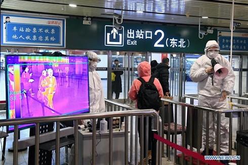 Hành khách phải đi qua hệ thống đo thân nhiệt tại Nhà ga xe lửa phía Tây Bắc Kinh