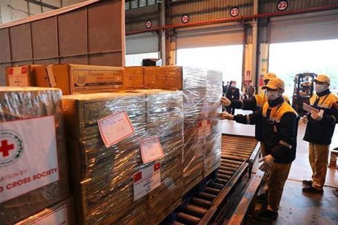 Việt Nam vận chuyển trang thiết bị và vật tư y tế tặng Trung Quốc ngày 9-2