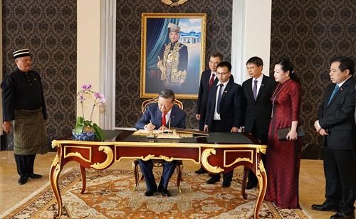 Bộ trưởng Tô Lâm ghi lưu bút tại Cung điện Istana Negara Kuala Lumpur