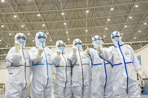 Các nhân viên y tế bày tỏ quyết tâm chiến thắng dịch Covid-19 tại bệnh viện dã chiến ở Vũ Hán