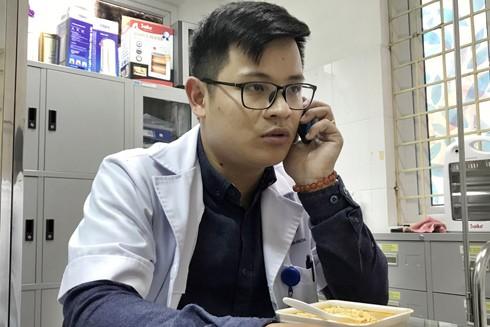 Bác sỹ 9X tạm gác bữa trưa muộn để tư vấn cho một trường hợp nghi nhiễm Covid-19 gọi đến đường dây nóng