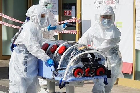 Nhân viên y tế chuyển bệnh nhân nhiễm Covid-19 tại một bệnh viện ở Daegu, Hàn Quốc