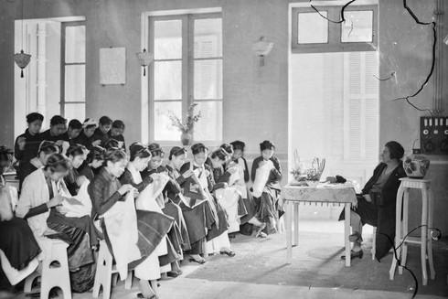 Giờ học may tại một lớp học ở trường nữ sinh Đồng Khánh, Hà Nội thập niên 1920