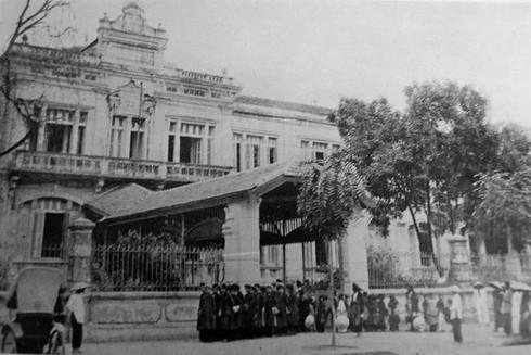 Giờ tan trường tại trường nữ sinh Đồng Khánh (nay là trường Trung học cơ sở Trưng Vương ở 26 Hàng Bài) ở Hà Nội đầu thế kỷ 20