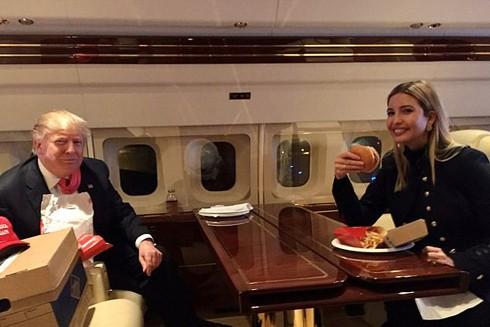 Hai cha con Tổng thống Donald Trump dùng đổ ăn nhanh trên hành trình vận động bầu cử hồi đầu tháng 2-2020