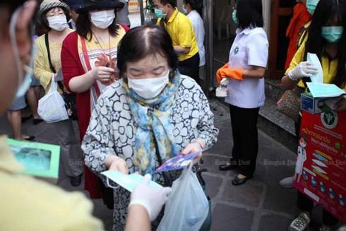 Nhà chức trách Thái Lan phát khẩu trang cho người dân để phòng ngừa Covid-19
