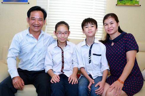 Nghệ sĩ Quang Tèo bên vợ và 2 con sinh đôi sau hơn 10 năm hiếm muộn