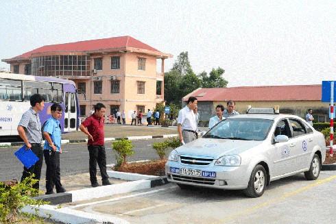 Mức học phí lái xe phổ biến dao động từ 10-15 triệu đồng cho cả khóa học thực hành và lý thuyết