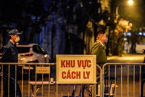 Lực lượng Công an lập chốt chặn đảm bảo phòng dịch trên phố Trúc Bạch tối 6-3