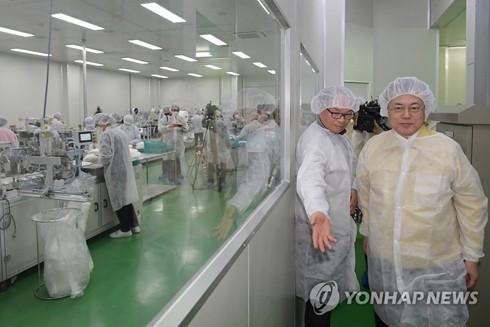 Tổng thống Hàn Quốc Moon Jae-in thị sát hãng sản xuất khẩu trang Wooil CN Tech Co ở Pyeongtaek, Tây Bắc Seoul hôm 6-3