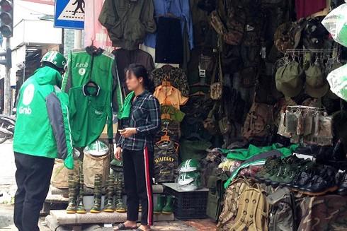 Nhiều hàng quần áo quân trang bày bán ở đường Lê Duẩn, Hà Nội (Ảnh minh họa)