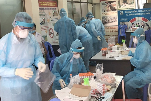 Các y bác sĩ Viện Vệ sinh Dịch tễ Trung ương làm xét nghiệm các trường hợp nghi nhiễm Covid-19
