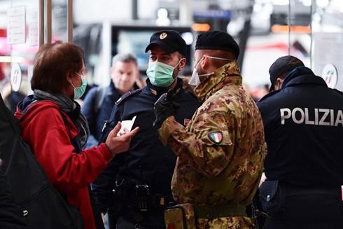 Quân đội và cảnh sát chốt tại các nhà ga và sân bay để siết chặt kiểm soát đi lại của người dân