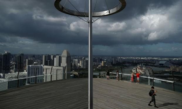 Đài quan sát trên tòa nhà Marina Bay Skypark ở Singapore vắng bóng người giữa mùa dịch