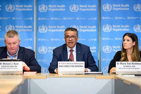Tổng giám đốc WHO Tedros (giữa) trong buổi họp báo công bố Covid-19 là đại dịch
