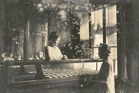 Một cửa hiệu bán đồ trang sức ở Hà Nội thời xưa