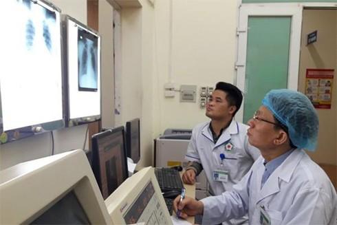 Bác sĩ, Đại tá Trần Công Tuấn chẩn đoán bệnh qua hình ảnh trên máy vi tính