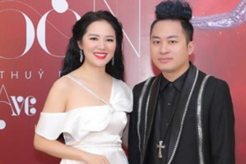 Ca sĩ Tùng Dương và Phạm Thùy Dung ủng hộ 2.000 bộ quần áo bảo hộ chống dịch