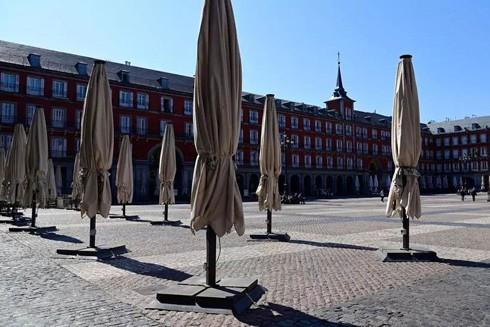 Quảng trường Plaza Mayor vốn đông đúc ở Thủ đô Madrid vắng bóng sau khi Chính phủ Tây Ban Nha tuyên bố phong tỏa trên toàn quốc
