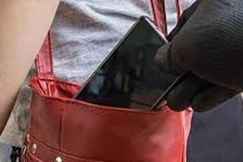 Lấy trộm điện thoại của người khác khi say rượu có thể bị xử lý hình sự về tội trộm cắp tài sản (Ảnh minh họa)