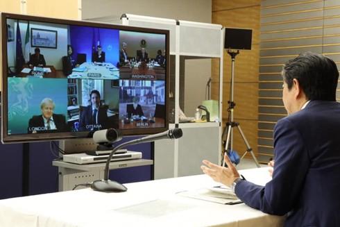 Thủ tướng Nhật Bản Shinzo Abe (bên phải) - đang tham gia Hội nghị trực tuyến với các nhà lãnh đạo G7 để thống nhất ứng phó với đại dịch Covid-19
