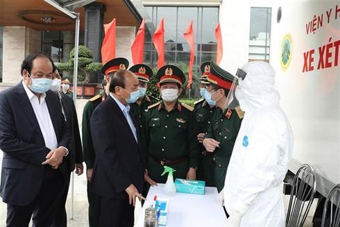 Thủ tướng Nguyễn Xuân Phúc kiểm tra tại xe xét nghiệm cơ động, Viện Y học dự phòng Quân đội