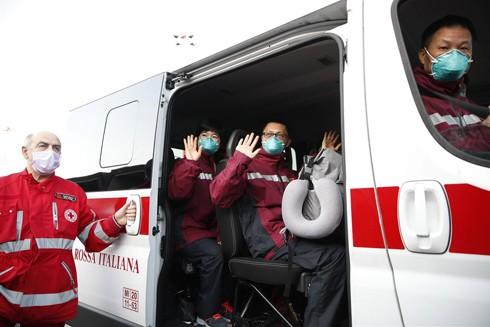 Đội ngũ chuyên gia y tế Trung Quốc đến Italia trợ giúp dập dịch Covid-19