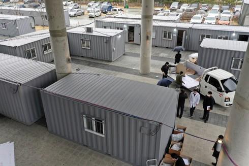 Các container cũ được chuyển đổi thành phòng khám tạm thời trong sân một bệnh viện ở Daegu thời kỳ dịch bùng phát đỉnh điểm