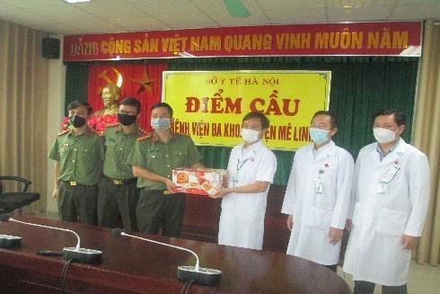 Hơn 16.000 sản phẩm Trà thanh nhiệt Dr.Thanh được chuyển tới tiếp sức y bác sĩ các bệnh viện, cơ quan y tế tuyến đầu chống dịch Covid-19 ở Trung ương và Hà Nội