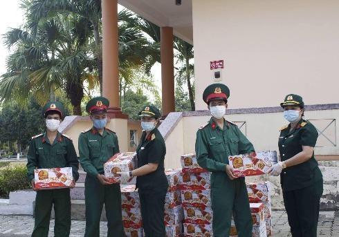 Tân Hiệp Phát đã tặng hơn 100.000 sản phẩm Trà thanh nhiệt Dr.Thanh được trao tới các khu vực cách ly ở miền Trung, miền Nam tiếp sức lực lượng chức năng làm nhiệm vụ và người dân tại khu cách ly