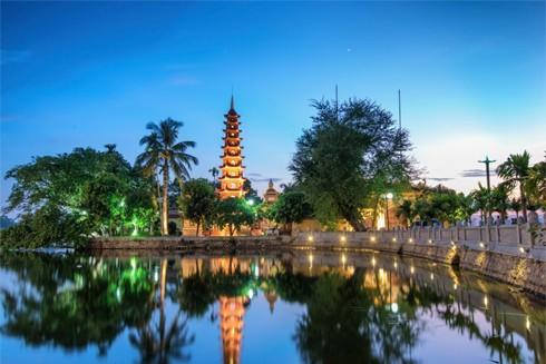 Với những giá trị về lịch sử và kiến trúc, chùa Trấn Quốc nổi tiếng là chốn cửa Phật linh thiêng, là điểm thu hút nhiều tín đồ Phật tử và khách tham quan