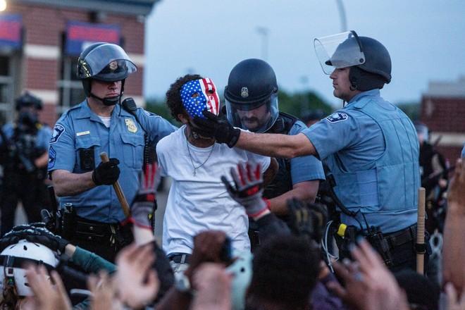 Cảnh sát Minneapolis bắt giữ người biểu tình quá khích đòi công lý cho George Floyd