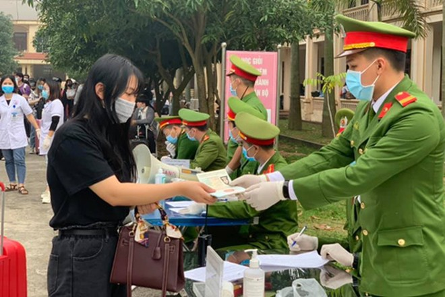 Cán bộ, chiến sĩ Công an TP Hà Nội không quản ngại dịch bệnh nguy hiểm, sẵn sàng phục vụ nhân dân tại các khu cách ly, phòng chống dịch Covid-19. Ảnh: Lam Thanh