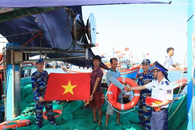 Lực lượng cảnh sát biển luôn đồng hành cùng ngư dân bám biển