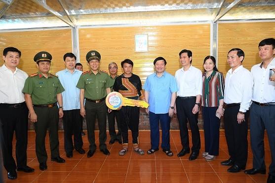 Thứ trưởng Bộ Công an Lương Tam Quang và các đại biểu trao nhà mẫu cho hộ dân nghèo tại bản Pa Cốp, huyện Vân Hồ, tỉnh Sơn La