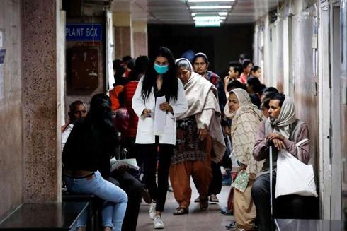Bệnh nhân có triệu chứng sốt và ho chờ khám tại một bệnh viện ở New Delhi vào tháng 3-2020