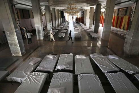Phòng tổ chức tiệc cưới ở Thủ đô Ấn Độ được trưng dụng làm bệnh viện tạm thời dành cho bệnh nhân Covid-19