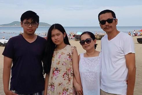 NSND Trung Anh hạnh phúc bên vợ và 2 con