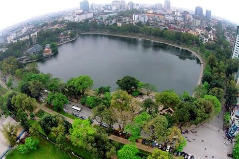 Hồ Thiền Quang được bao quanh bởi các cây xanh tán rộng do được cắt tỉa đảm bảo chiều cao. Ảnh: LAM THANH
